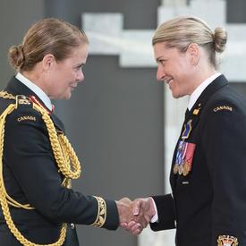 Le premier maître de 2e classe Tanya Lea Leavitt serre la main de la gouverneure générale.