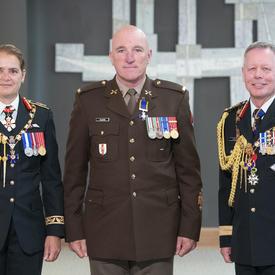 L'adjudant-chef Richard Plante prend une photo avec la gouverneure générale et le chef d'état-major de la défense.