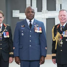 L'adjudant-maître Ruel Walker prend une photo avec la gouverneure générale et le chef d'état-major de la défense.