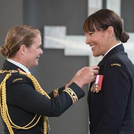 Le capitaine de frégate Kelly Williamson reçoit sa médaille de la Gouverneure générale.