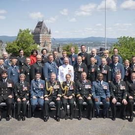 Les membres nouvellement investis de l'Ordre du mérite militaire prennent une photo en groupe.