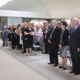 La gouverneure générale et les invités présents applaudissent les membres de l'Ordre du Canada alors qu'ils prennent place.