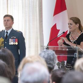 La gouverneure générale prononce un discours à une tribune.
