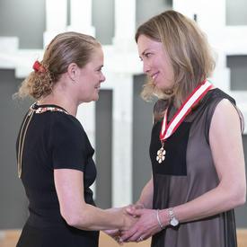 Rebecca Scott serre la main de la Gouverneure générale.