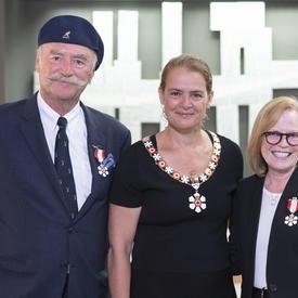 Barbara Bowlby et John Brunton posent pour une photo avec le gouverneur général.
