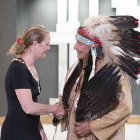 Dominique Rankin serre la main de la gouverneure générale.