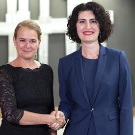 Son Excellence madame Anahit Harutyunyan, Ambassadrice de la République d'Arménie serre la main de la gouverneure générale.