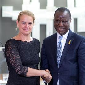 Son Excellence monsieur Sidique Abou-Bakarr Wai, Haut-commissaire de la République de Sierra Leone serre la main de la gouverneure générale.