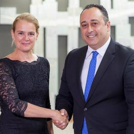 Son Excellence monsieur Keith Azzopardi, Haut-commissaire de la République de Malte serre la main de la gouverneure générale.