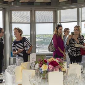 L'équipe hospitalité de Rideau Hall a montré aux invités comment mettre une table.