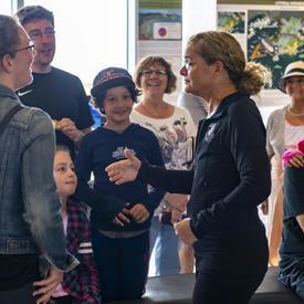 La gouverneure générale s'adresse à un groupe de personnes de tous âges au Musée de la mer.