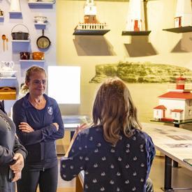 La gouverneure générale parle avec un visiteur au Musée de la mer.