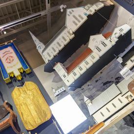 Photo d'une exposition d'anciens meubles et de maquettes de bâtiments au Musée de la mer.