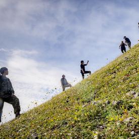 La gouverneure générale et un petit groupe redescendent sur le sentier qui les mène au pied de Big Hill.