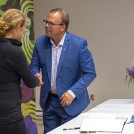 La gouverneure générale serre la main de Son Honneur Jonathan Lapierre après avoir signé le livre d'or de la municipalité.
