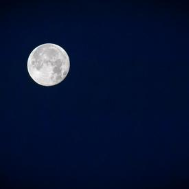Photo d'une pleine lune prise à partir de la traversée entre l'Île-du-Prince-Édouard et les Îles-de-la-Madeleine.