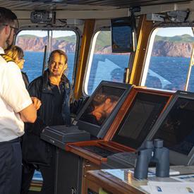 La gouverneure générale a rencontré l'équipage à bord du traversier qui relie l'Île-du-Prince-Édouard aux Îles-de-la-Madeleine.