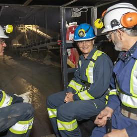 Le gouverneur général descend dans la mine.