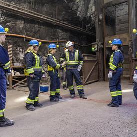 La gouverneure générale discute avec les employés de la mine.