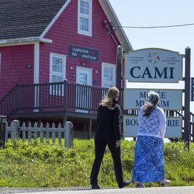 La gouverneure générale et le maire de Grosse-Île parcourent le secteur Old Harry.