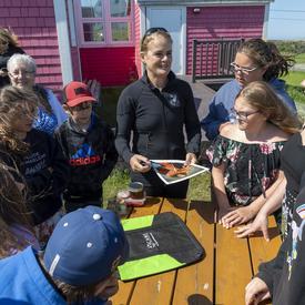 La gouverneure générale rencontre un groupe de jeunes dans le secteur Old Harry.