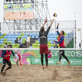Les joueurs de volley-ball de plage canadiens Aaron Nusbaum et Mike Plantinga ont joué contre le Mexique.