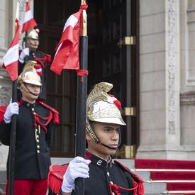 La gouverneure générale a été accueillie par une garde d'honneur au palais présidentiel péruvien.