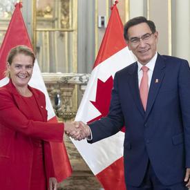 La gouverneure générale a serré la main de Son Excellence Martín Vizcarra, président de la République du Pérou.