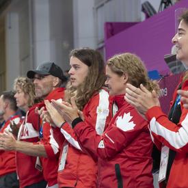 La gouverneure générale et la délégation canadienne ont encouragé l'équipe canadienne de handball féminin.