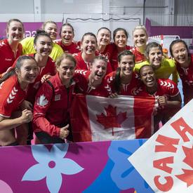 La gouverneure générale a pris une photo de groupe avec l'équipe canadienne féminine de handball.