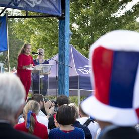 La gouverneure générale a prononcé un discours à partir d'un podium.