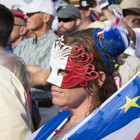 Les acadiens vêtus de leurs couleurs nationales ont assisté à un événement qui a donné le coup d'envoi du Tintamarre.