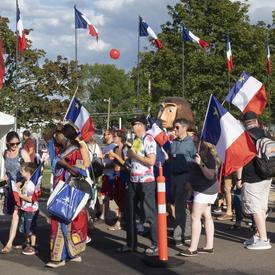 Des Acadiens vêtus de leurs couleurs nationales ont participé au Tintamarre.
