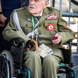 Photo d'un ancien combattant polonais en chaise roulante lors de la cérémonie commémorative.
