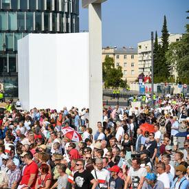 Photo d'une foule nombreuse lors de la cérémonie commémorative.