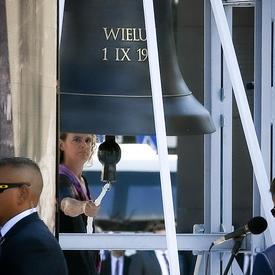 Une photo de la gouverneure générale sonnant la cloche à la cérémonie commémorative.