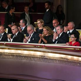 Une photo de la gouverneure générale et d'autres chefs d'État, assis à l'intérieur du Grand Théâtre à Varsovie, en Pologne.