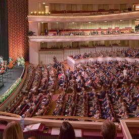 Une photo d'invités assis à l'intérieur du Grand Théâtre de Varsovie, en Pologne.