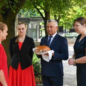 La gouverneure générale reçoit du pain et du sel, une tradition polonaise.