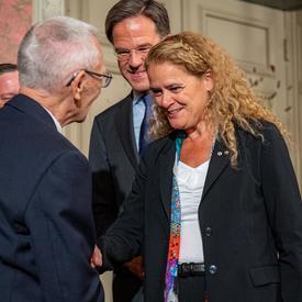 La gouverneure générale serre la main de Don White, un ancien combattant canadien de la Seconde Guerre mondiale.