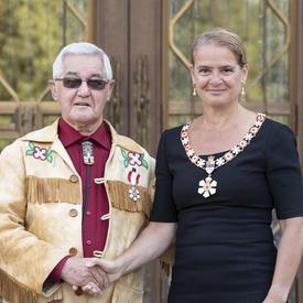 La gouverneure générale serre la main d'un récipiendaire lors d'une cérémonie de l'Ordre du Canada.