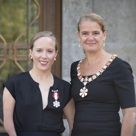 La gouverneure générale prend une photo avec un récipiendaire de l'Ordre du Canada.