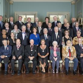 Une photo de groupe des récipiendaires de la cérémonie de l'Ordre du Canada.