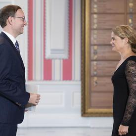 Son Excellence monsieur Bořek Lizec, Ambassadeur de la République tchèque, se tient devant la gouverneure générale.