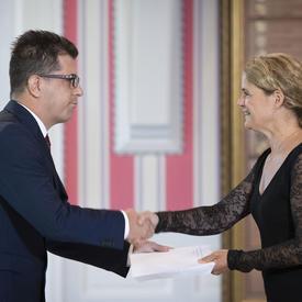 Son Excellence monsieur Marko Milisav, Ambassadeur de la Bosnie-Herzégovine, serre la main de la gouverneure générale.