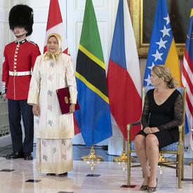 Son Excellence madame Nor'aini Binti Abd Hamid, Haute-commissaire de la Malaisie, se tient debout à côté de la gouverneure générale.