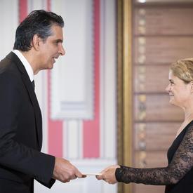 Son Excellence monsieur Mauricio Ortiz Ortiz, Ambassadeur de la République du Costa Rica, donne ses lettres de créance à la gouverneure générale.