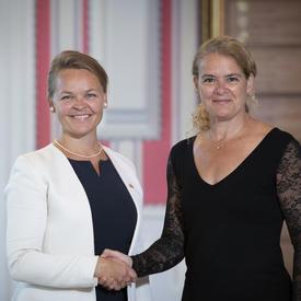 Son Excellence madame Hanne Fugl Eskjaer, Ambassadrice du Royaume du Danemark,  serre la main de la gouverneure générale.