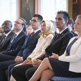Les nouveaux chefs de mission sont assis dans la première rangée.