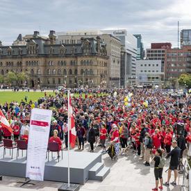 Une photo de la foule réunie à l'extérieur du Parlement pour la course de 5 km de la CCMTGC